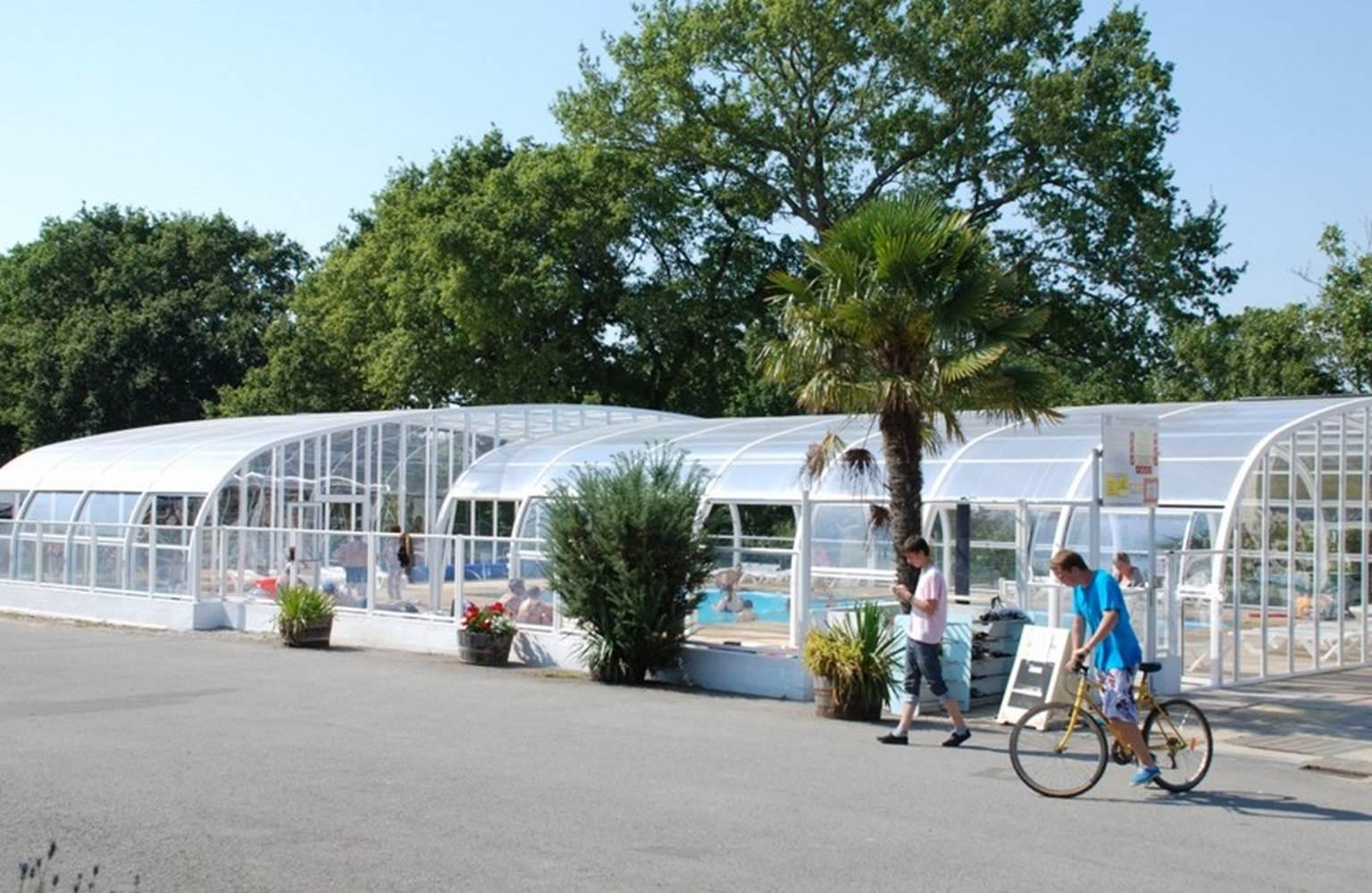 Vue générale de la piscine couverte et chauffée Camping LA BLANCHE HERMINE ©