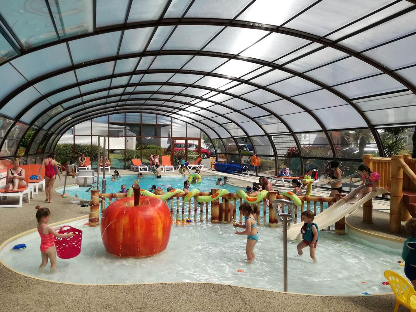 Piscine chauffé et couverte - bassin enfants à Ambon dans le Morbihan. Camping Parc Les Goélands *** à 300 mètres de la mer ©