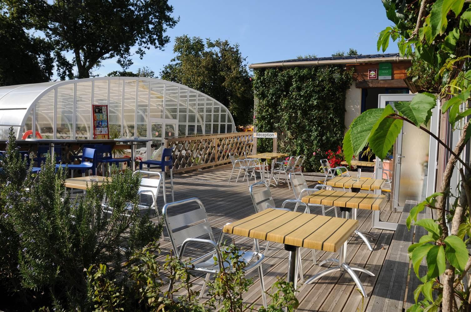 Vue de l'accueil, piscine et terrasse du snack ©