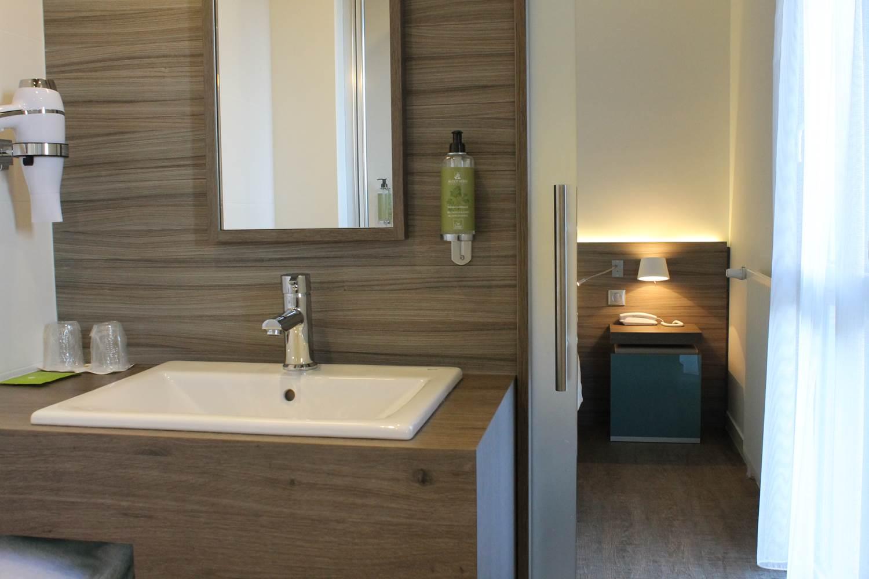espace salle de bain avec porte coulissant silancieuse ©