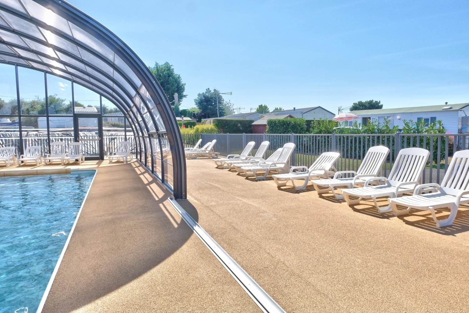espace extérieur piscine couverte ©