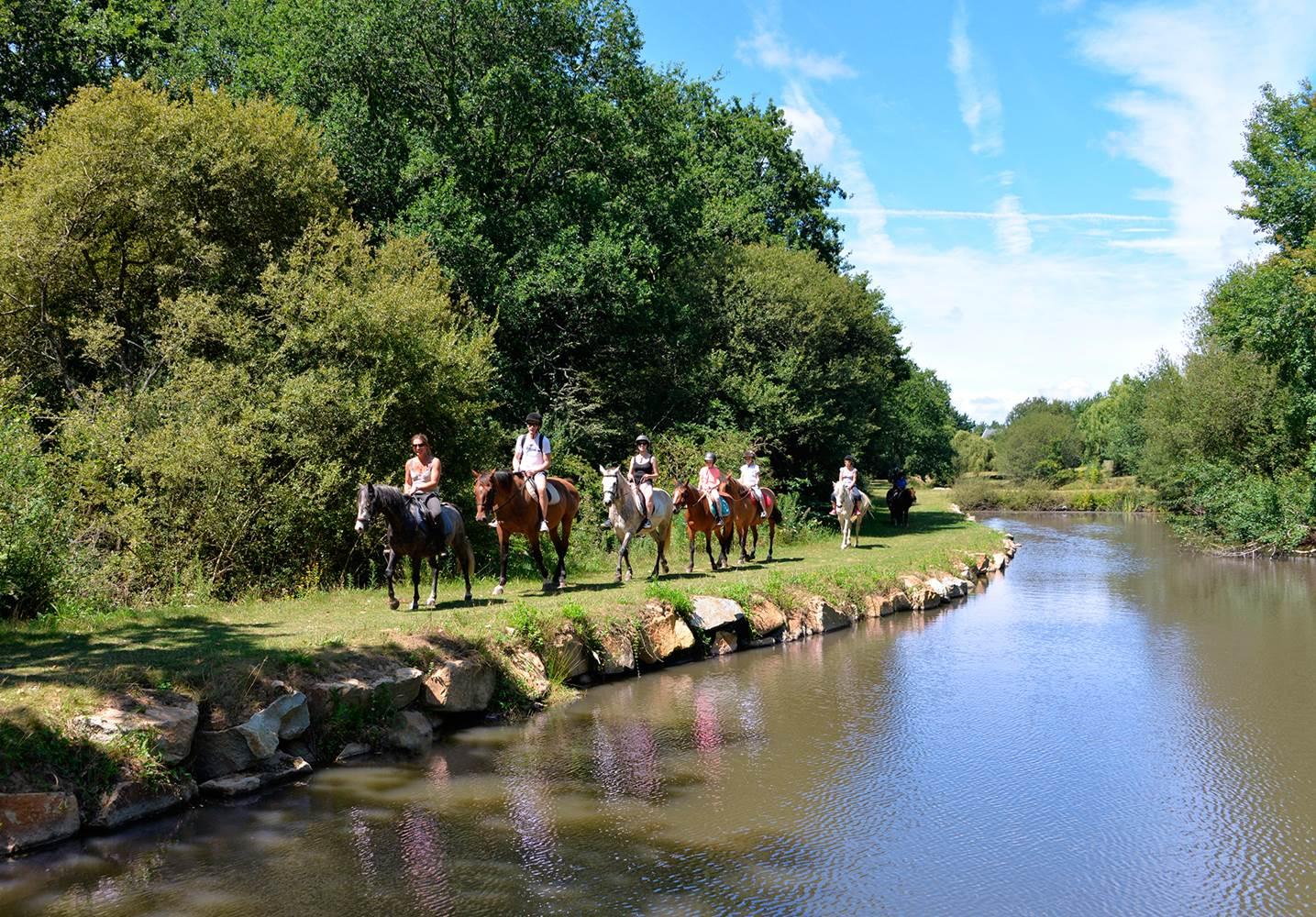 Balades à poney ou à cheval au Centre équestre sur place ©