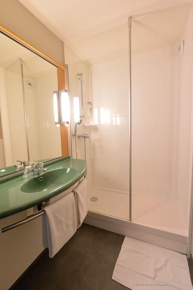 07-hotel-ibis-auray-salle-d'eau ©